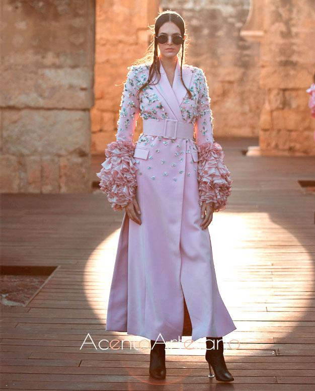 Vestido chaqueta en rosa con aplicaciones bordadas de Juana Martín