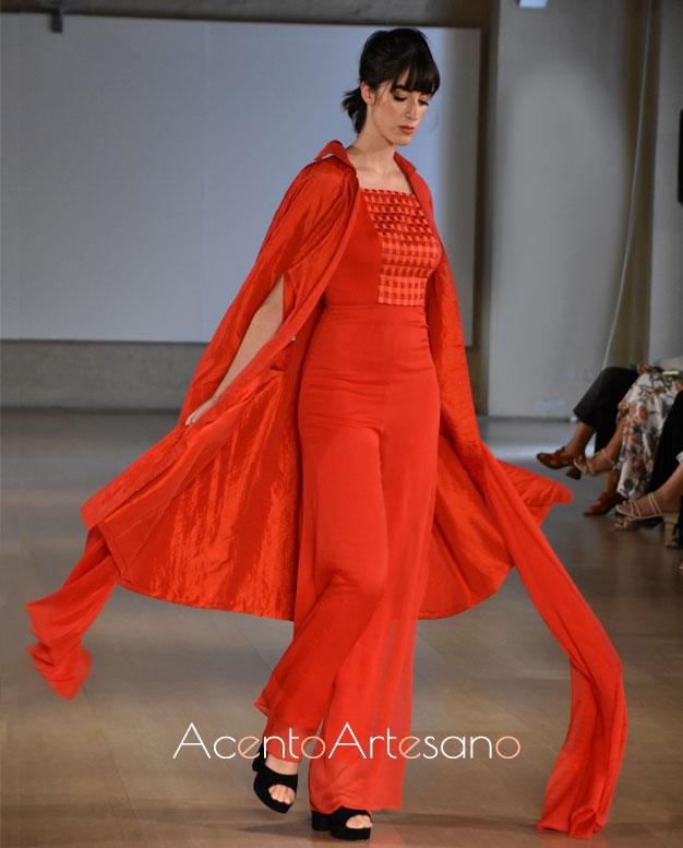 Estilismo en rojo con capa de ojales de Consuelo García en Code 41 Trending