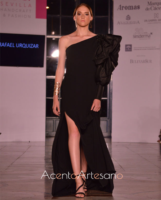 Vestido negro asimétrico de abertura lateral de Rafael Urquízar en SIQ