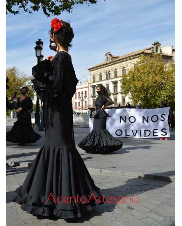 Flamencas en el primer Movimiento Lunar Off vestidas con trajes de flamenca negros en señal de luto