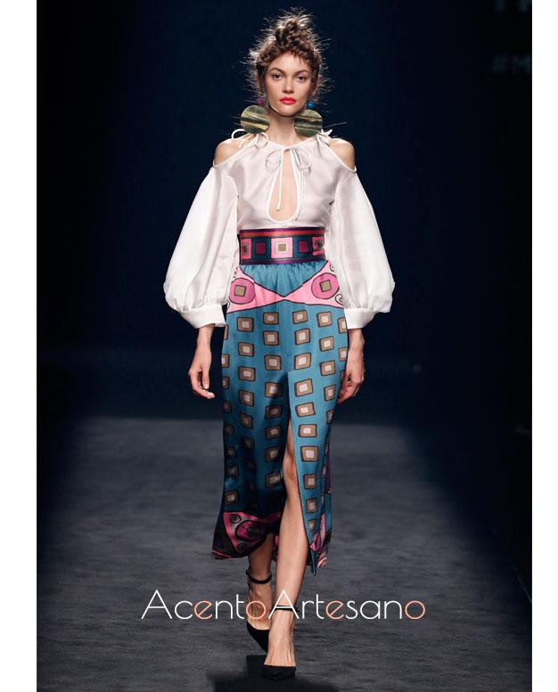 Top de mangas corsario para falda de estampo a modo pañuelos de Marcos Luengo