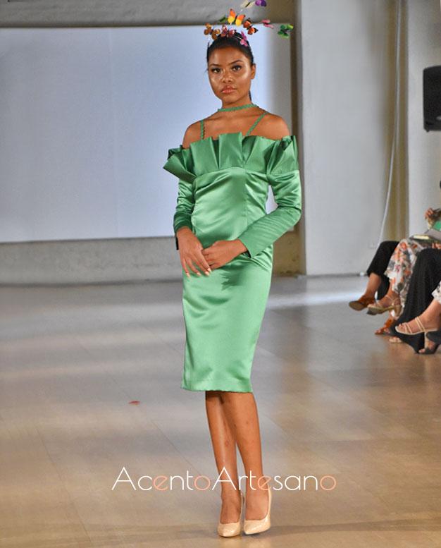 Vestido verde en satén y largo midi con escote palabra de honor.