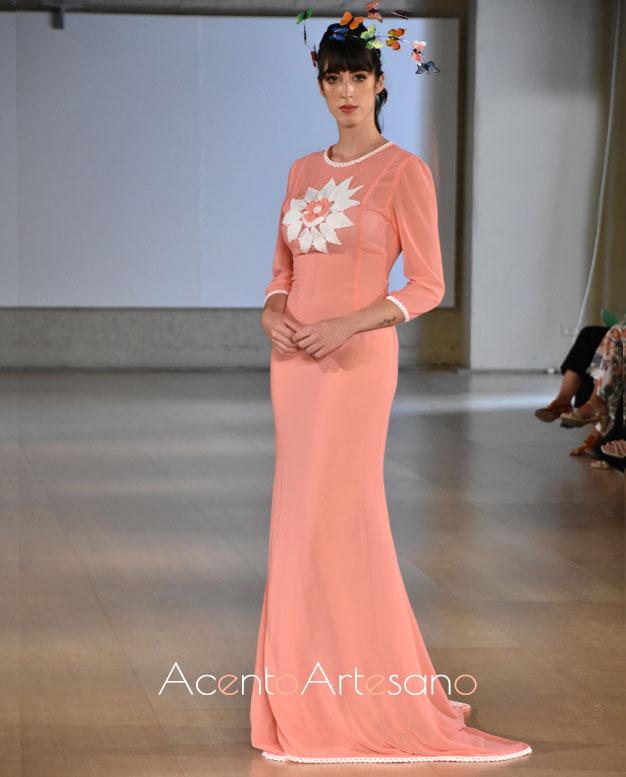 Vestido de punto con cola barrida y semitrransparente de Pilar Rubio