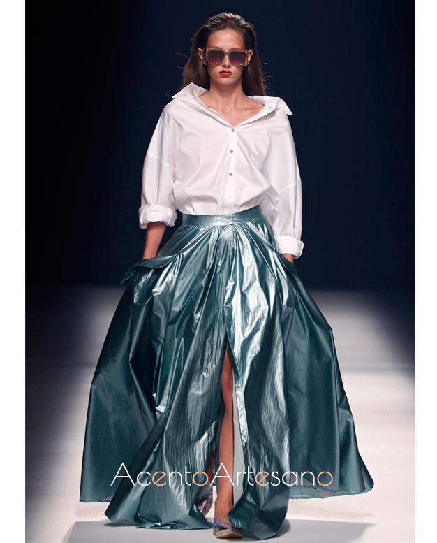 Camisa y falda en lúrex de Ángel Schlesser en MBFWMadrid