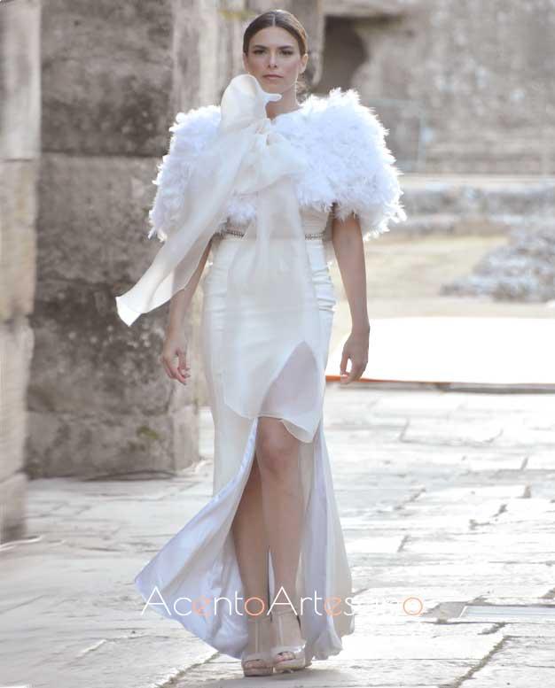 Vestido de novia de silueta sirena con capa de plumas de Inma Castrejón en Code 41 Trenidng