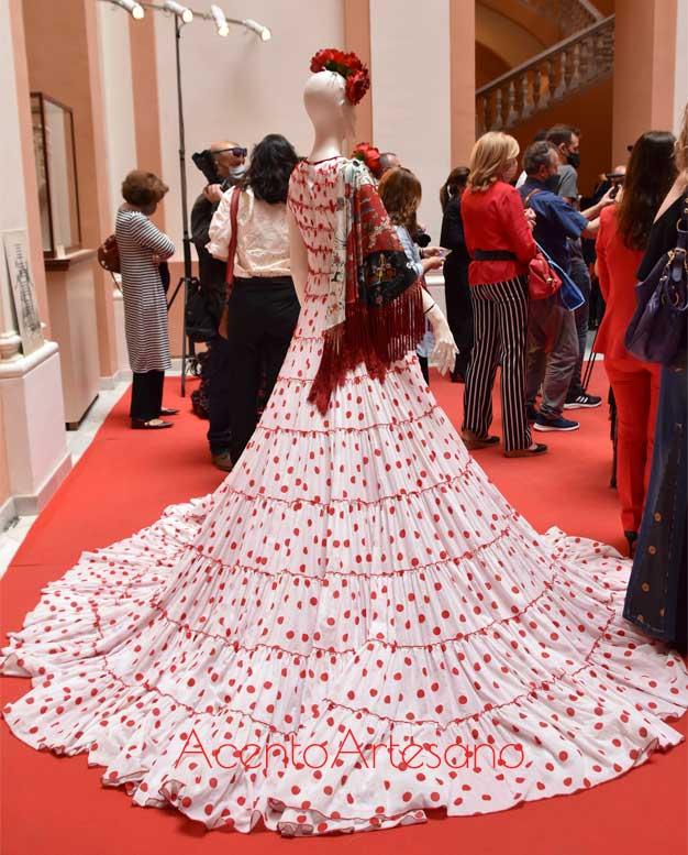 Uno de los diseños expuestos en la actual exposición de moda flamenca de Mof&Art en el Ayuntamiento de Sevilla