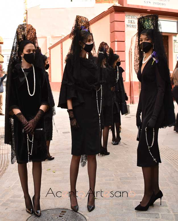 Vestidos negros para mantilla de Yolanda Rivas y Francisco Tamaral.