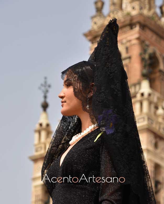 Mantilla colocada para Viernes Santo en un estilismo de Yolanda Rivas