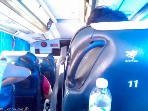 パタヤまでのベンツ製長距離バス。なかなか快適。