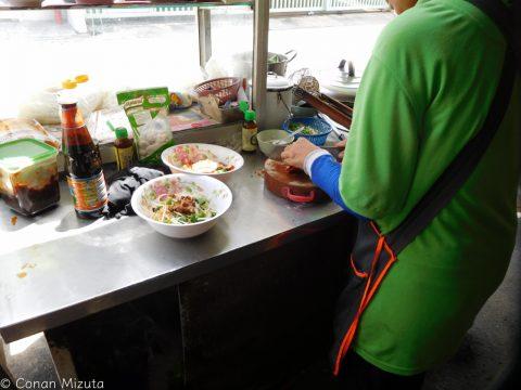 手際よく用意してくれる。タイでは奥ではなく屋台のように店の外や入口で準備するのが普通。