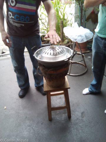 焼き肉と鍋が同時にできる専用の鍋を使います