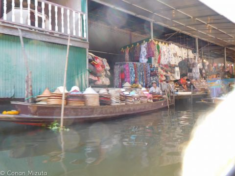 こういう感じでお土産物屋が陸と川で軒を連ねる
