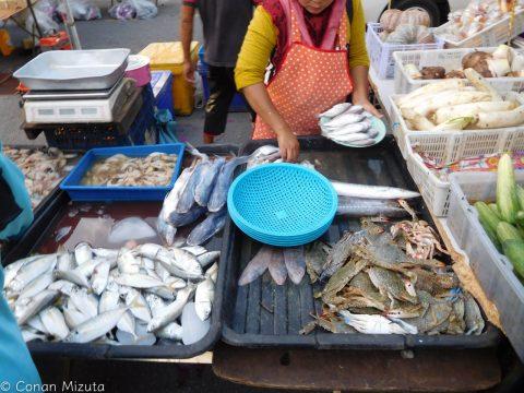 出来合いのモノだけでなく、魚介も野菜も肉も