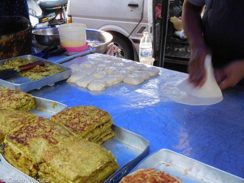 気になって食べた屋台飯。薄い皮で包んだキャベツ、卵、カレー粉を焼いたモノ。想像通りの味(笑)