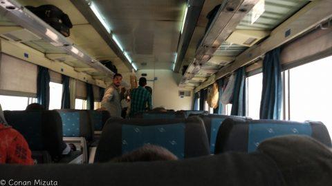 1等車両内。1列が1+2席構成。座席は広く快適だが、掃除は行き届いていない。