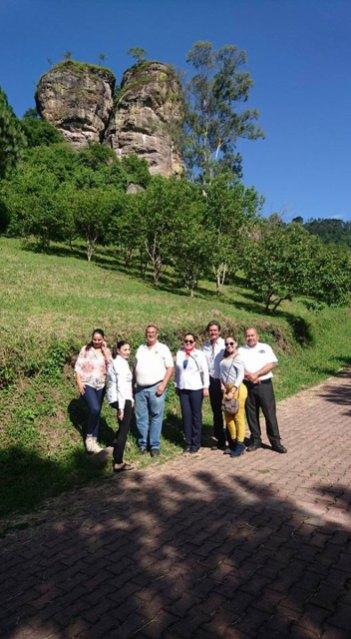 Al fondo, dos piedras llamadas Los Compadres, en el parque ecológico Las Peñas.
