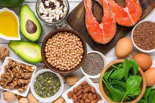 Eine Auswahl Omega-3-reichhaltiger Nahrungsmittel wie Lachs, Avocado und Chiasamen