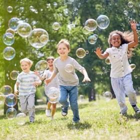 Kinder spielen ausgelassen: Bewegung ist bei ADHS wichtig