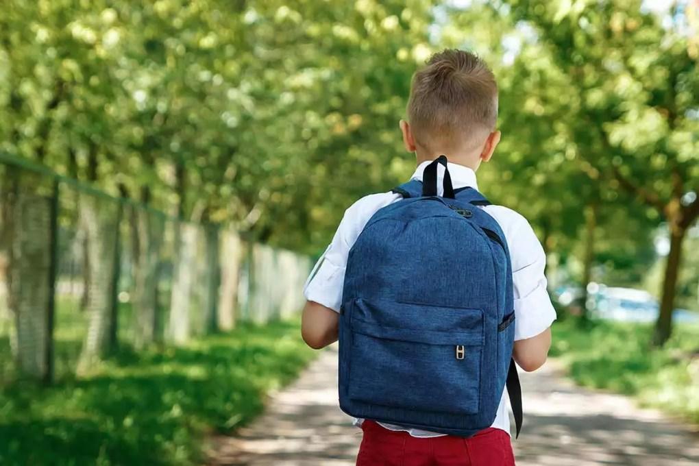 Lernfrust zum Schulbeginn: Junge auf dem Heimweg von der Schule
