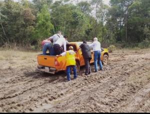 El Ministro de obras empuja la camioneta en la zona de Paso Barreto.