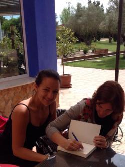 Firmando el libro con Julia