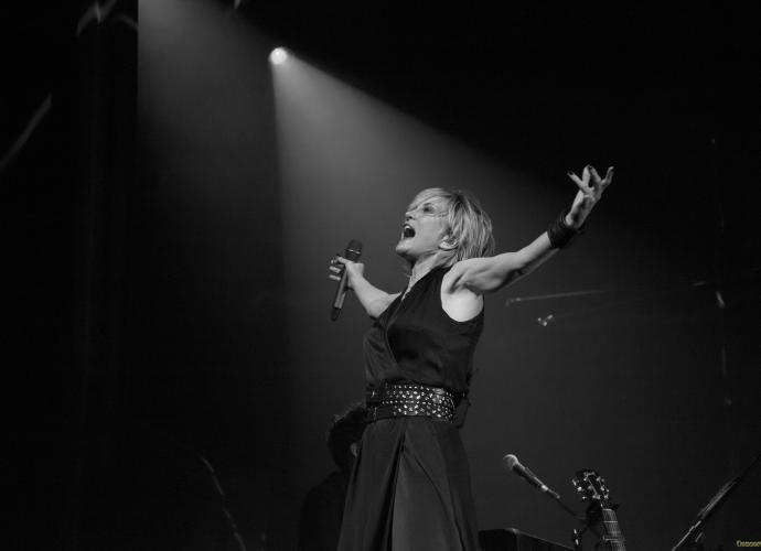 09 Patricia Kaas bras profil gauche - Patricia Kaas, Mademoiselle chante l'or