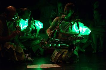 musicians-with-ligths-min
