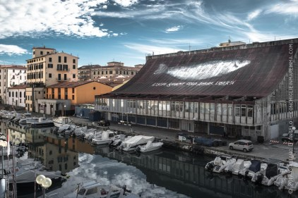 L'acciuga gigante nuota sui tetti della città