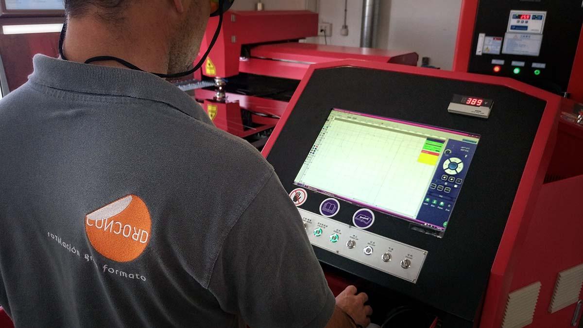 Operario controlando máquina de recorte láser