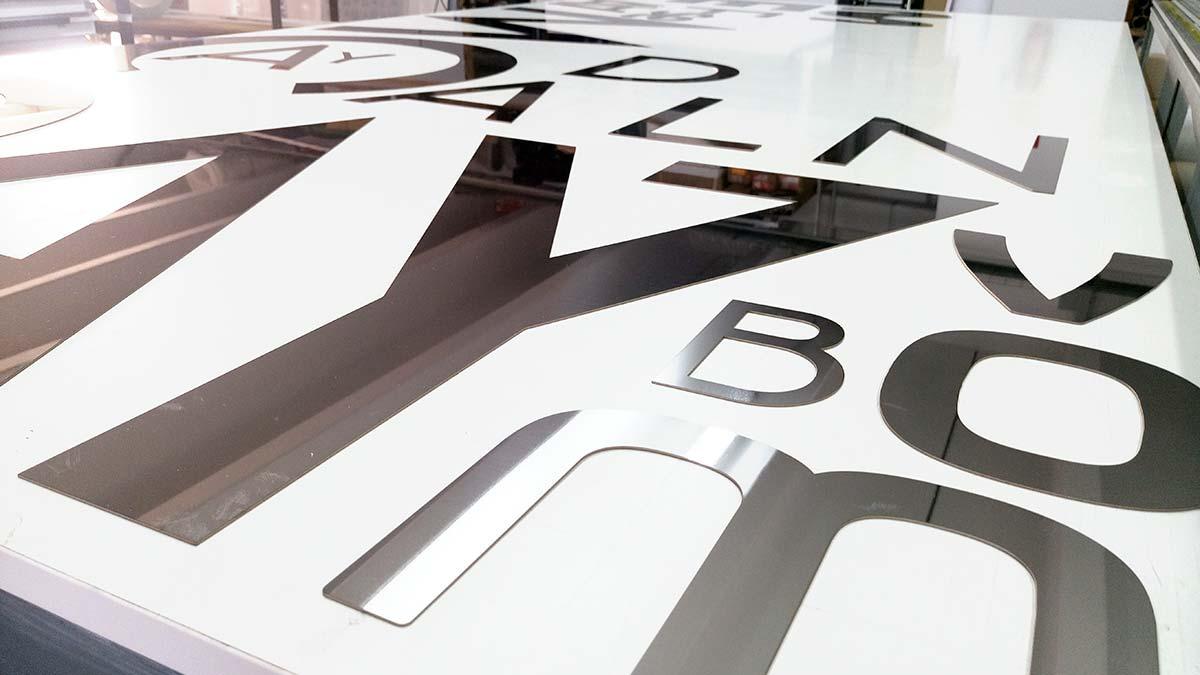 Despiece de letras de acero Inox tras el recorte con láser