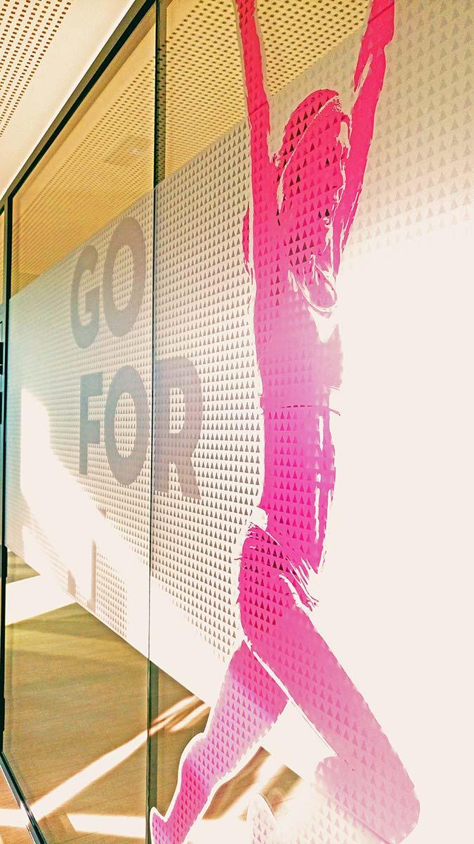 Decoración con vinilo glass impreso para el gimnasio
