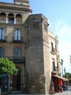 Torre llamada de Abdelaziz en la muralla de Sevilla en honor al primer valí. Realmente es del siglo XII o XIII