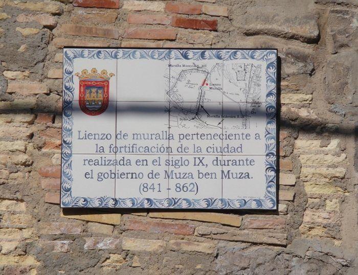 Placa conmemorativa en los restos de la muralla musulmana de Tudela