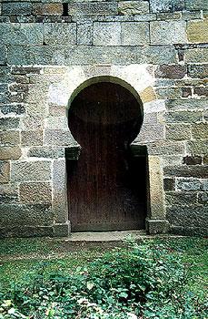 Puerta de acceso a San Román de Moroso