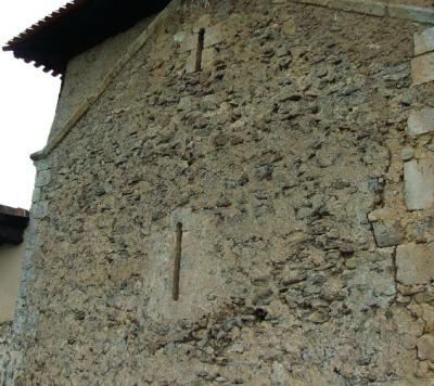 Aspilleras prerrománicas en la cabecera de la iglesia de Cicujano