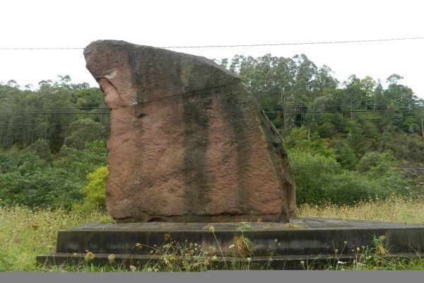Monumento a los foramontanos en el puente de Santa Lucía