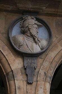 Medallón de García Fernández en la Plaza Mayor de Salamanca