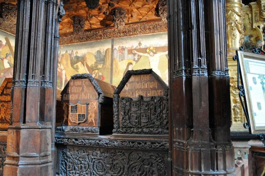 Sepulcro Sancho III Pamplona en Oña con los escudos de Pamplona, Castilla y Aragón