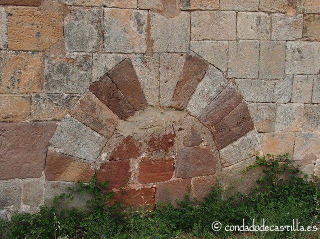Arco de herradura cegado en el muro sur de San Juan Bautista en Barbadillo