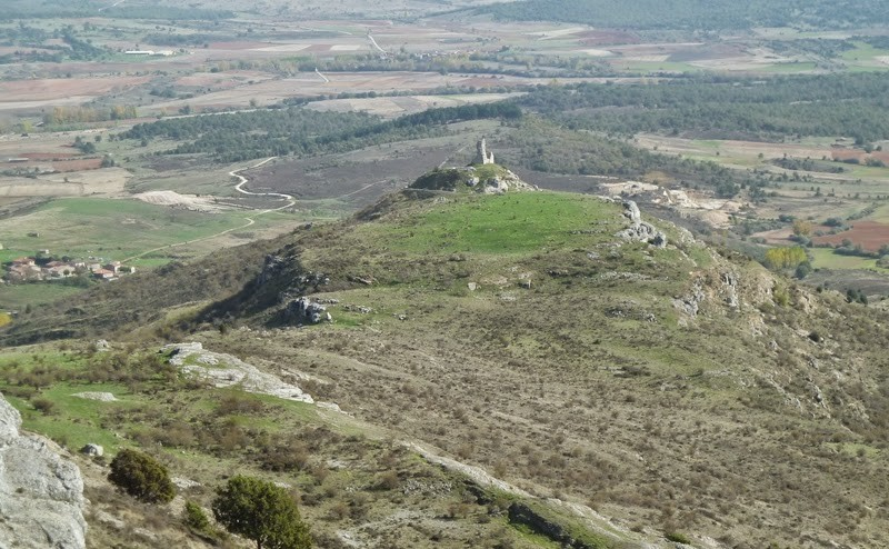 Picón de Lara. Los restos del castillo de Lara de los Infantes en el monte Peñalara.