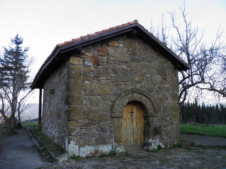 Acceso por el muro oeste de San Pedro de Abrisqueta