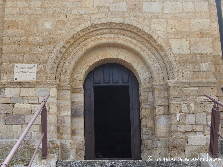 Portada románica de la iglesia del Hospital de peregrinos de Támara de Campos