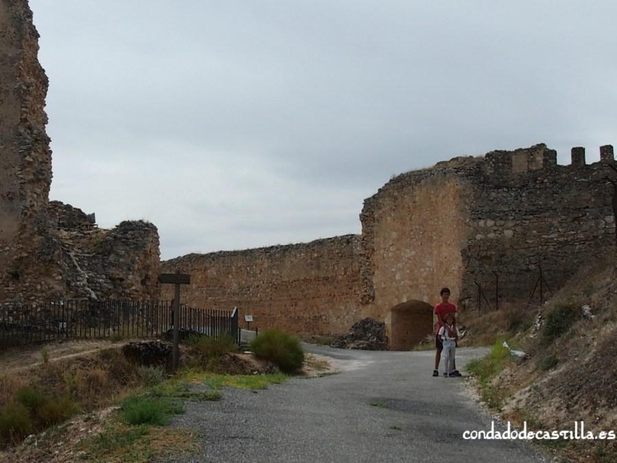 Restos de iglesia de San Martín y puerta de Alfonso VIII en Fuentidueña