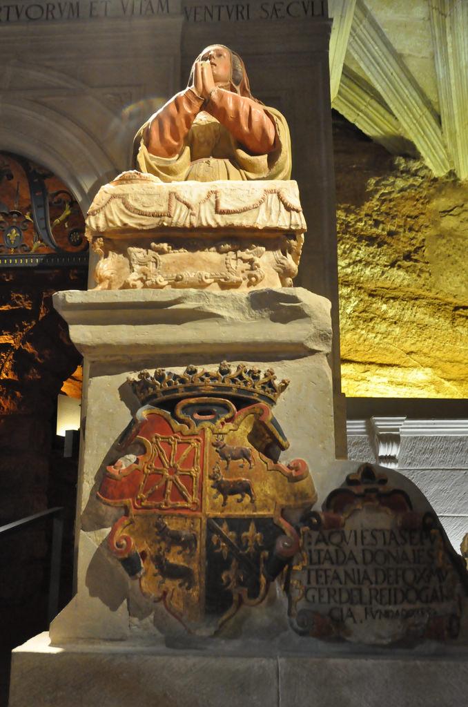 Estatua en honor de Estefanía, fundadora del monasterio de Santa María la Real de Nájera
