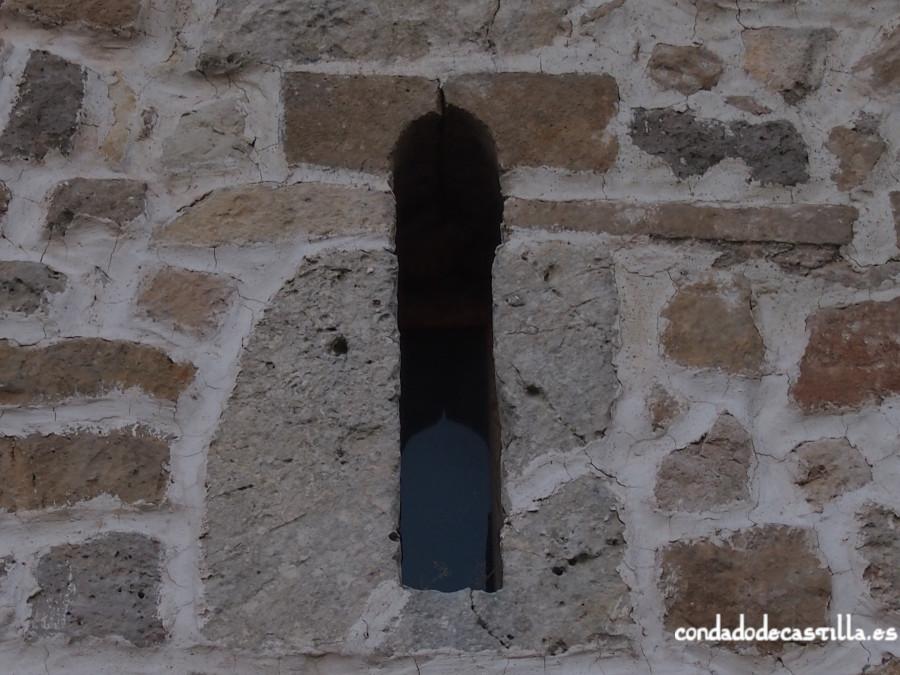 Detalle aspillera de la ermita de Montesclaros en Ubierna