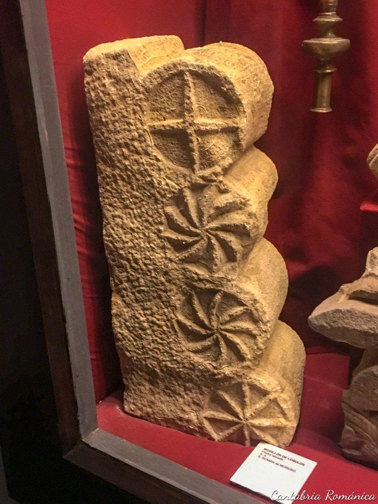 Modillón de lóbulos del Siglo X, procedente de San Román de Moroso, actualmente en el Museo Diocesano Regina Coeli de Santillana del Mar