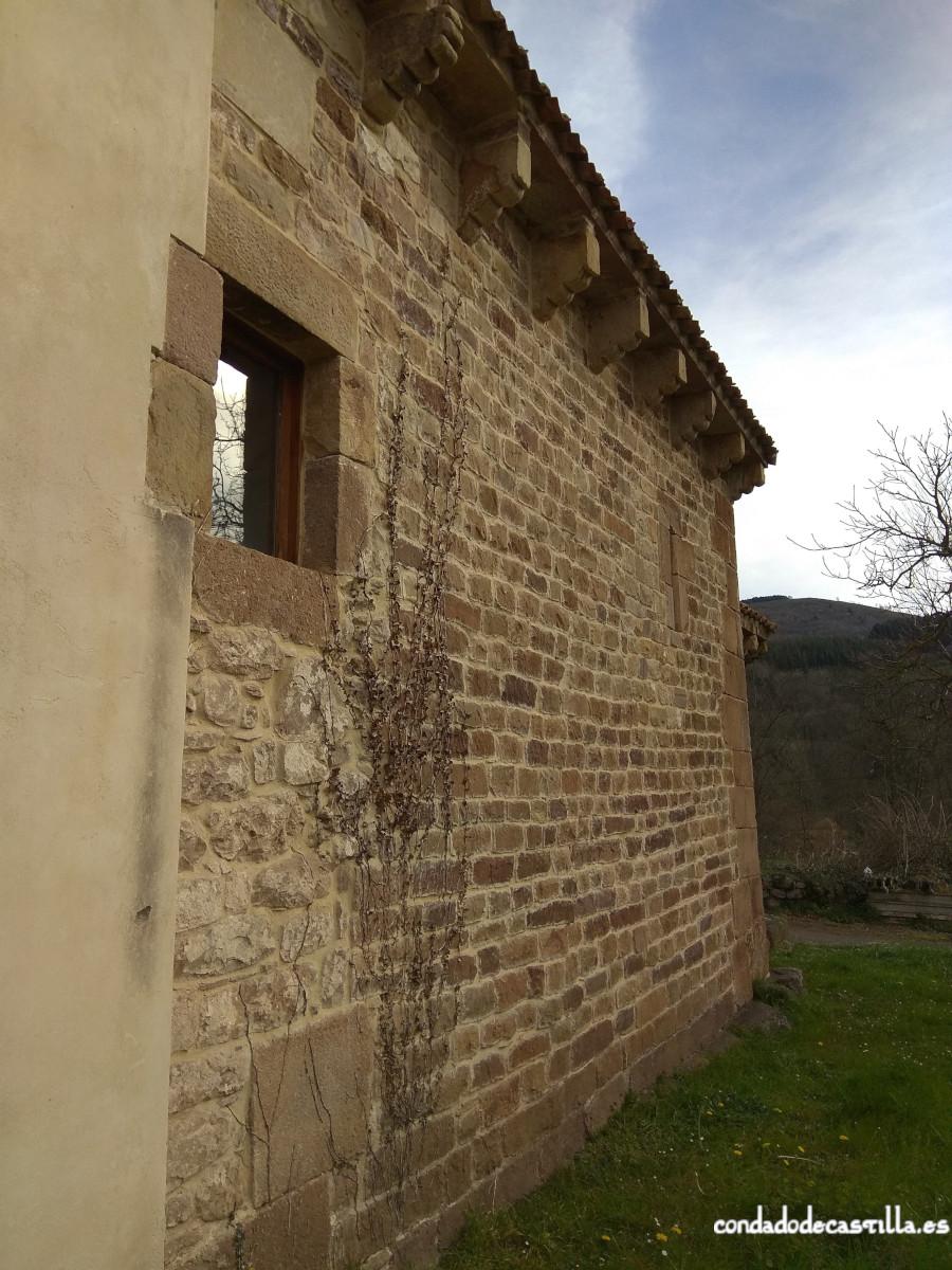 Detalle del muro sur de la nave de Santa Leocadia de Helguera y su unión con la extensión posterior