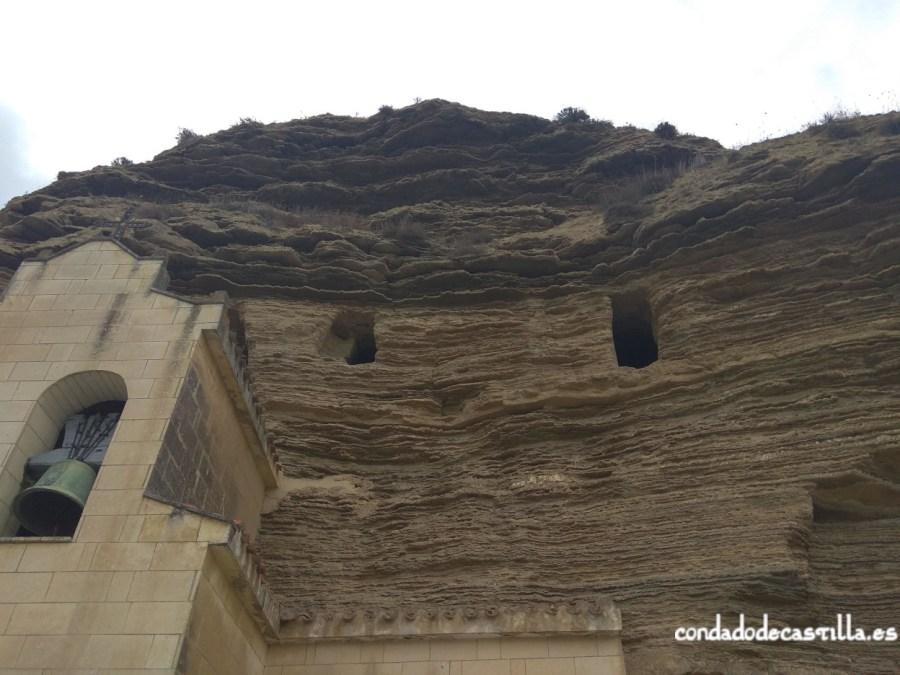 Cavidades en la parte superior de la ermita de Tosantos