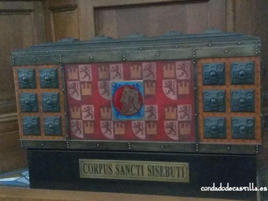 Reproducción moderna del arca con los restos de San Sisebuto en San Pedro de Cardeña