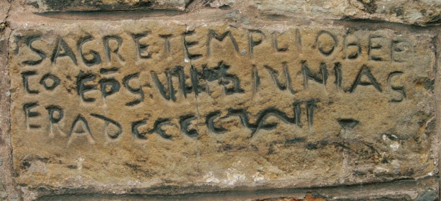 Lápida prerrománica de la fundación de la iglesia de Viveda (Cantabria)